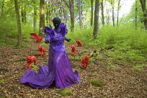 """Mary Sibades """"Let slip the dogs of war"""" i Wanås skulpturpark."""