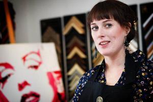 Therese Sjöquist jobbar som konstinramare på Konsthuset i Åre. Att utbilda sig till konstinramare tar två år.