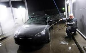 Bosse Gustafsson får sin Subaru ren på fyra polletter.