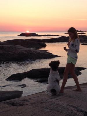 Rasmus och Jenny vid solnedgången på klipporna i Klockarboda, Gräsö. Foto Anna Thuresson