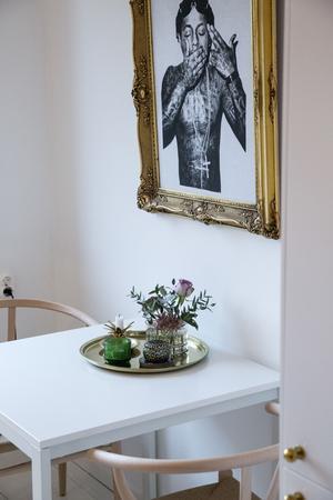 Vid matplasten i köket: designklassikern Hans J. Wegners  Y-stolar, detaljer i guld och kaxiga egengjorda tavlan med rapparen Lil Wayne.
