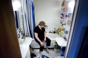 """Brunt vatten. """"Rena lotteriet"""", säger Elisa Norell om möjligheten att kunna tvätta sig i rent vatten. Sedan hon flyttade till Björksätra för ett och ett halvt år sedan har hon till och från fått en brun sörja genom kranarna."""