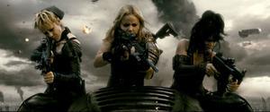 """Porrigt. Jena Malone, Abbie Cornish och Vanessa Hudgens spelar actionhjältar i minikjolar i """"Sucker punch""""."""