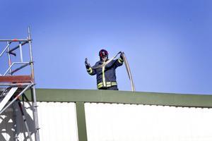 Mer vatten. Genom hål i taket på trådavdelningen kunde Sandviks interna brandkår spruta in vatten i lokalen och på så vis arbeta med eftersläckningsarbetet.