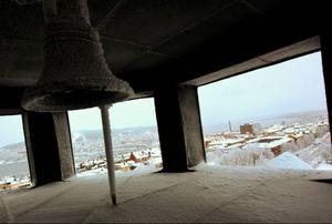 Utsikt från ett rådhustorn där man ser bland annat Frösön och sjuhuset. Klockspelet som hörs från tornet fyra gånger per dag finansierades av Östersunds banker och installerades till stadens 200-årsjubileum, 1986.   Foto: Håkan Luthman