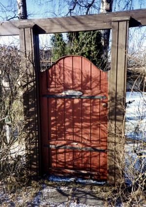 Grinden kvar. Grinden till Villa Fågelsång finns bevarad. Den pryder i dag en av villatomterna längs Hagalundsvägen. Bild: Ingevi Fall
