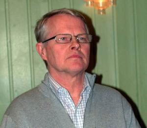 Kommunalrådet Gottfrid Jonsson, (S) gör tummen ner  till förslaget om ny skola i Funäsdalen.