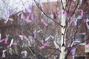 Istället för fjädrar har Leksands kommun valt att pynta påskträder med tygremsor.
