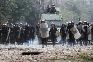 Med tårgas och brutalt våld slås nu demonstrationer ner i Egypten.