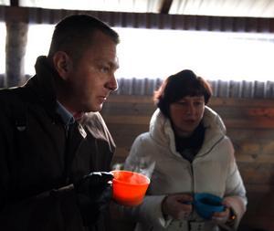 Kommunalrådet Magnus Jonsson tar sig en kopp med soppa.