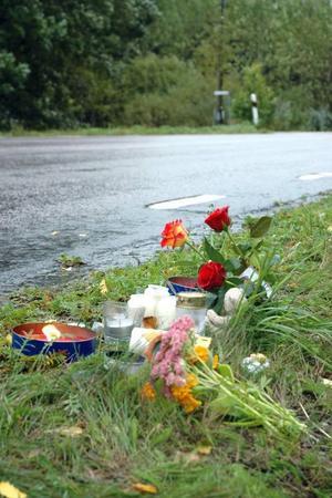 DAGEN EFTER. Ljus och blommor fanns vid olycksplatsen på tisdagen.