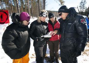 Emma Eriksson, Eva Bäck, Marinett Svenningsson får instruktioner om tidtagningen av Jerry Bengtsson.