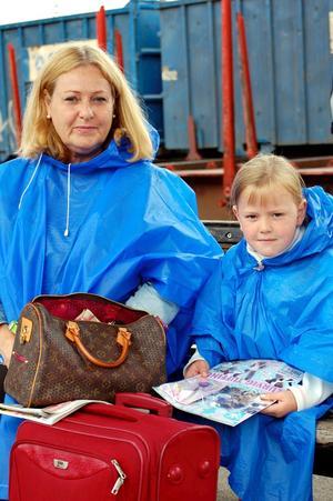 Siv Anedda och Sofia Gräns väntar på ett tåg vid järnvägsstationen i Köping. FOTO: Lovisa Granberg.