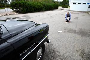 Noga. Ute vid bilprovningen fanns ett manöverprov. Bo Kjellmo måttar länge med träplattorna innan han rattar upp sin Opel- och får full pott på poängen då alla fyra däcken befinner sig på träplattorna.- Jag är nog rätt noga av mig, det brukar löna sig i längden, säger Bo Kjellmo.