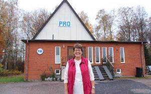 Ulla Bäckström framför PRO:s lokal i Krylbo. Foto: Eva Högkvist