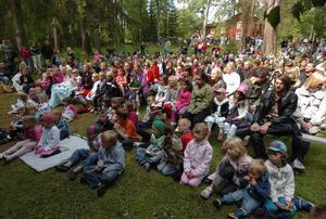 Cirka 700 personer firade midsommar vid Segersta hembygdsgård.