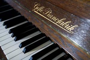 2. Musik och ljus är viktigt i tempelriddarnas ritualer. Pianot från Gefle Pianofabrik är tillverkat på 30-talet.