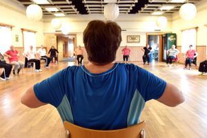 Märtha Olmats genomför övningar där man både sitter, står, och om andan faller på: dansar.