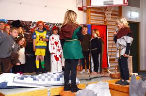 Tilde Tjärnås och Ted Olsson, här som Ronja och Birk, spelade upp en scen från filmen Ronja Rövardotter.