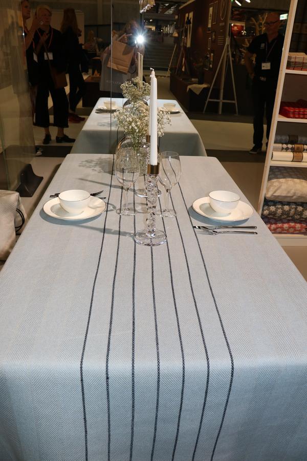 Kalasdukat med Klässbols som fått mycket skjuts i marknadsföringen genom att deras linnedukar ligger på borden under Nobelmiddagen sedan 1991. Det här mönstret heter Gärdet.