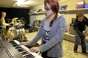 Sjundeklassaren Julia Selin kan spela lite piano sedan förut men sjunger mest.