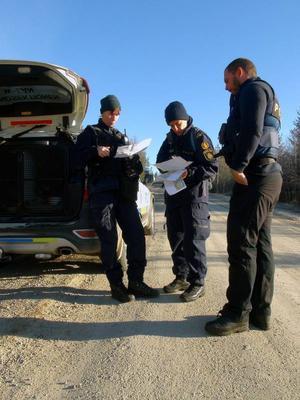 Hundförarna Lisa Berglund, Ingrid Dimsjö och Fredrik Johansson gick under måndagen igenom det aktuella sökområdet på kartan. Vid 17-tiden på måndagen beslöt polisen att avsluta sökandet. Räddningstjänstens arbete är även det avslutat för gott.