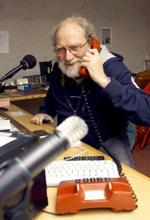 Eldsjäl. Närradiosändningarna är ett sätt att koppla av för Arne Rubin, en kyrkoherde med många järn i elden. Han närmar sig pensionsåldern men har svårt att tänka sig en tillvaro utan sin församling. BILD: BIRGITTA SKOGLUND