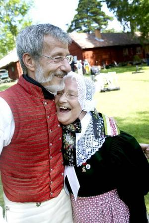 TRIVS I ÄLVKALRLEBY. Jørn Pogager har rest till Älvkarleby för Byss-callestämman tillsammans med Otterup folkdansare. Han och danspartnern Rogma Thomsen trivs utomordentligt bra i Älvkarleby.