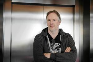 """I den självbiografiska boken """"Trumslagarpojken"""" berättar Anders Johansson om den galna tiden som hårdrocksmusiker."""