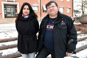 Nooshi Dadgostar och David Örnberg utanför gamla kommunhuset i Mora.