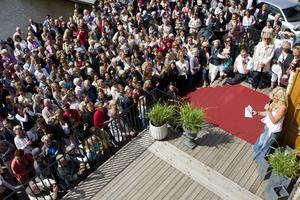 Marint mode. På Tullhusets terrass lockade en modevisning – med kända Maria Montazami – lördagens största publik under skärgårdsdagen.