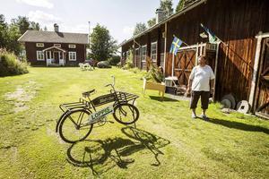 Till släktgården i Rätan kommer folk från hela Sverige för att besöka Väst i Sve.