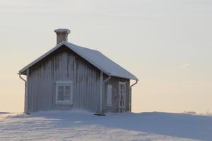 Hus i vinterkyla. Bilden tagen på åsen mot fjällen strax hitom Frösö kyrka.