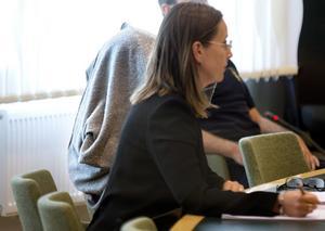 Den 42-åriga kvinnan (till vänster) och hennes försvarsadvokat Amanda Hikes under häktningsförhandlingen i Västmanlands tingsrätt.