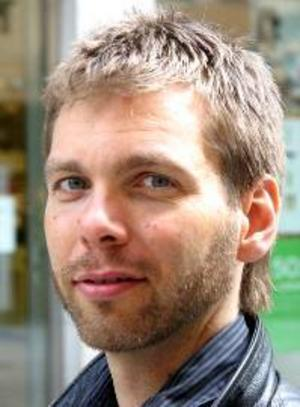 Daniel Sandqvist, 37 år,  Rödön:– Nej för helvete, valdagen är helig. Det är en fest för demokratin. Då tar man med ungarna till vallokalen, och firar.