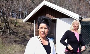 Förskolepersonal och föräldrar hjälps åt med att sköta förskolans omtyckta hönor. Nu larmar förskolechef, Jessica Peter, och barnskötaren Ingela Larsson om hur hönsgården vandaliserats vid upprepade tillfällen.
