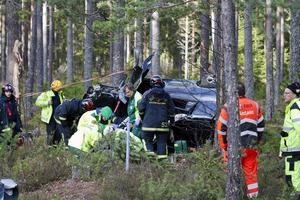 Bilen hamnade en bra bit in i skogen när den körde av vägen.
