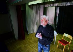 Jan-Olof Olofsson gestaltar en präst som har en del att reda ut vad gäller sina bibliska kunskaper.