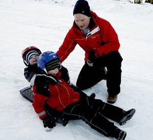 I backen. Viktor 3 år, William 5 år och pappa Johan Ericsson testar julklappen i Hemlingbybacken.