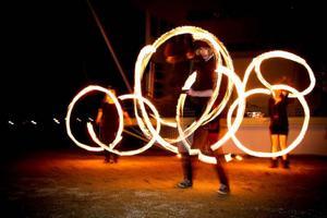 Cirkus kul och bus underhöll med ljusshow i Badhusparken.