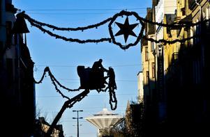 Julbelysningen i Örebro hängdes upp under tisdagen.
