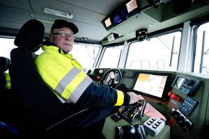 Kent Bouvin håller koll på det elektroniska sjökortet och ligger beredd med lotsbåten nära mötesplatsen utanför Spikarna.