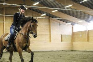 Sandra Wexén tränar tillsammans med hästen Chippen Number One i ridhuset.