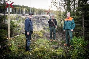 I Stavre har skoterleden dragits om och bakom arbetet står Valter Forsberg, Leif Eriksson och Hans Elf.