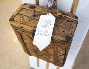 En klassisk bärkont hänger på hyllan med trädgårdsböcker, där kan man lämna sina fröer.