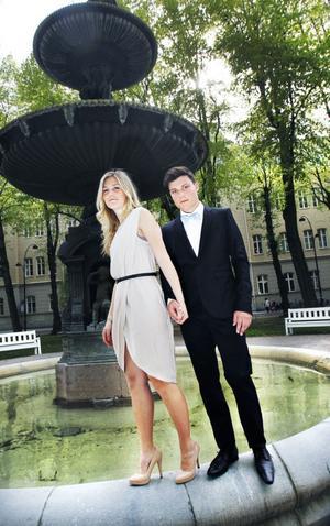 Modellerna Julia Wigren och Jonas Hallin i fina studentoutfits.