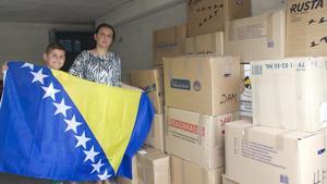 """Givmildhet. Efina Efendic och sonen Edin, 10 år, är tacksamma över hjälpen de fått i insamlingen till Balkan. """"Folk är välkomna att höra av sig"""", säger Efina Efendic."""