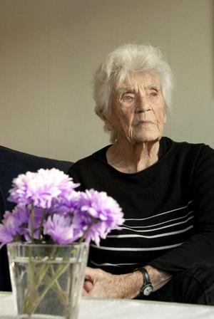 Maria Westerlund bor i lägenhet i Arboga, lagar sin mat och pysslar med blommor i täppan sommartid.