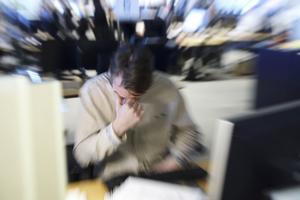 Hälften av landets 1,5 miljoner akademiker tvingas dra in på lunchen och andelen som jobbar på helgerna ökar kraftigt, enligt artikelförfattarens kartläggning av arbetsmiljön för personer med akademisk utbildning.