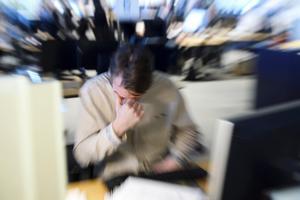 Stress på jobbet är något som kan orsaka huvudvärk.Foto: Henrik Montgomery / TT